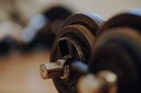 Imagen en detalle de unas mancuernas de hierro en un gimnasio