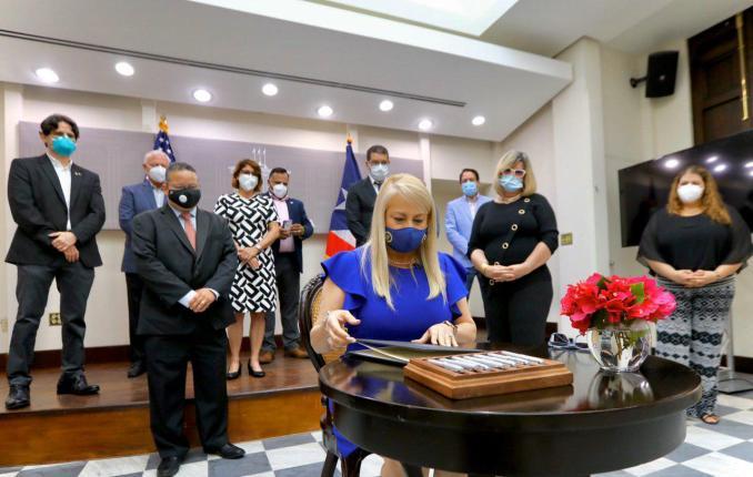Gobernadora firma medida que fortalece Programa para la Prevención y Vigilancia de Emergencias Médicas de Niños