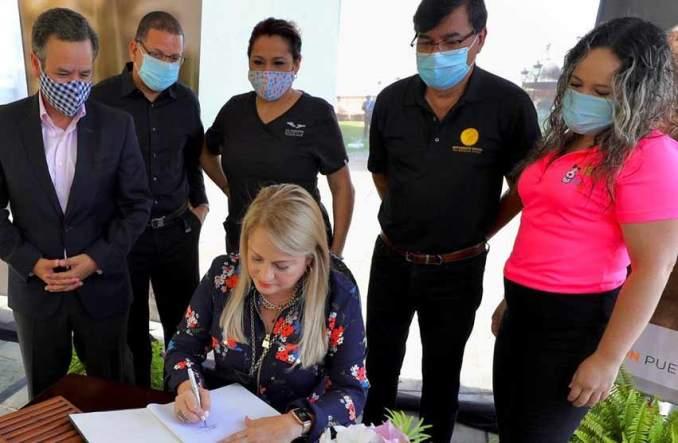 Gobernadora firma ley que establece licencias provisionales a veterinarios para la práctica servicios gratis