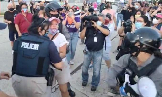 Arrestan manifestante que está a favor de La Comay