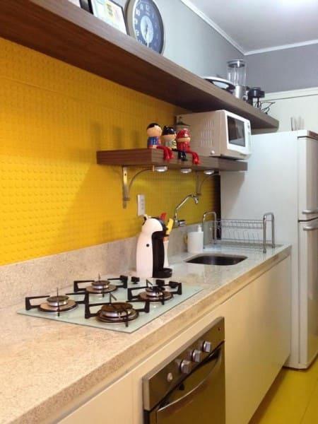 Cores frias e quentes: cozinha com parede amarela (foto: Ambientta Arquitetura)