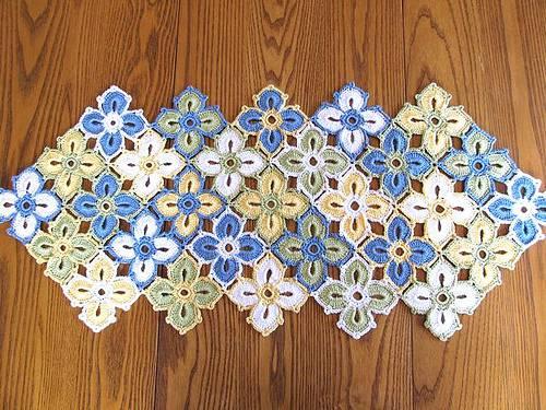 caminho de mesa de croche azul amarelo e branco