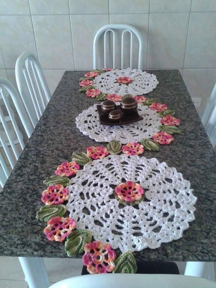 caminho de mesa de croche com circulos e flores rosas