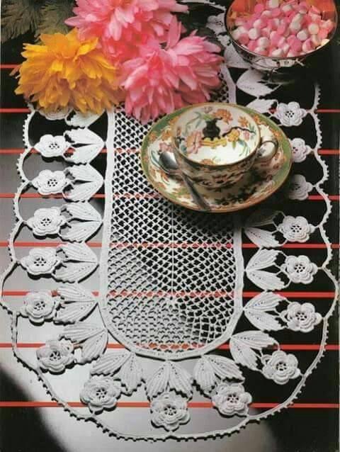 caminho de mesa de croche com flores brancas