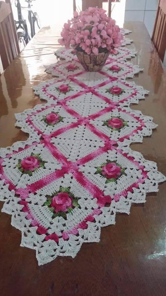 caminho de mesa de croche flor rosa