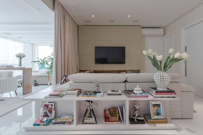 sala planejada branca com aparador projeto de Marcia Acaro