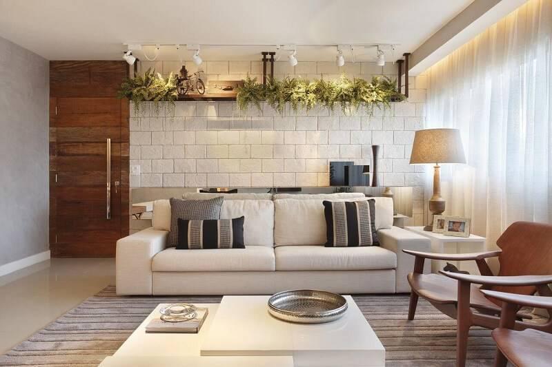 sala planejada com parede de tijolinho projeto de Studio Eloy e Freitas Arquitetura
