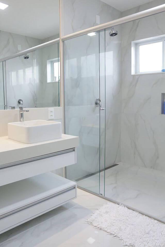 Decoração de banheiro clara com gavetas grandes e espaço para armazenamento abaixo da pia Projeto de Lorena Lelis