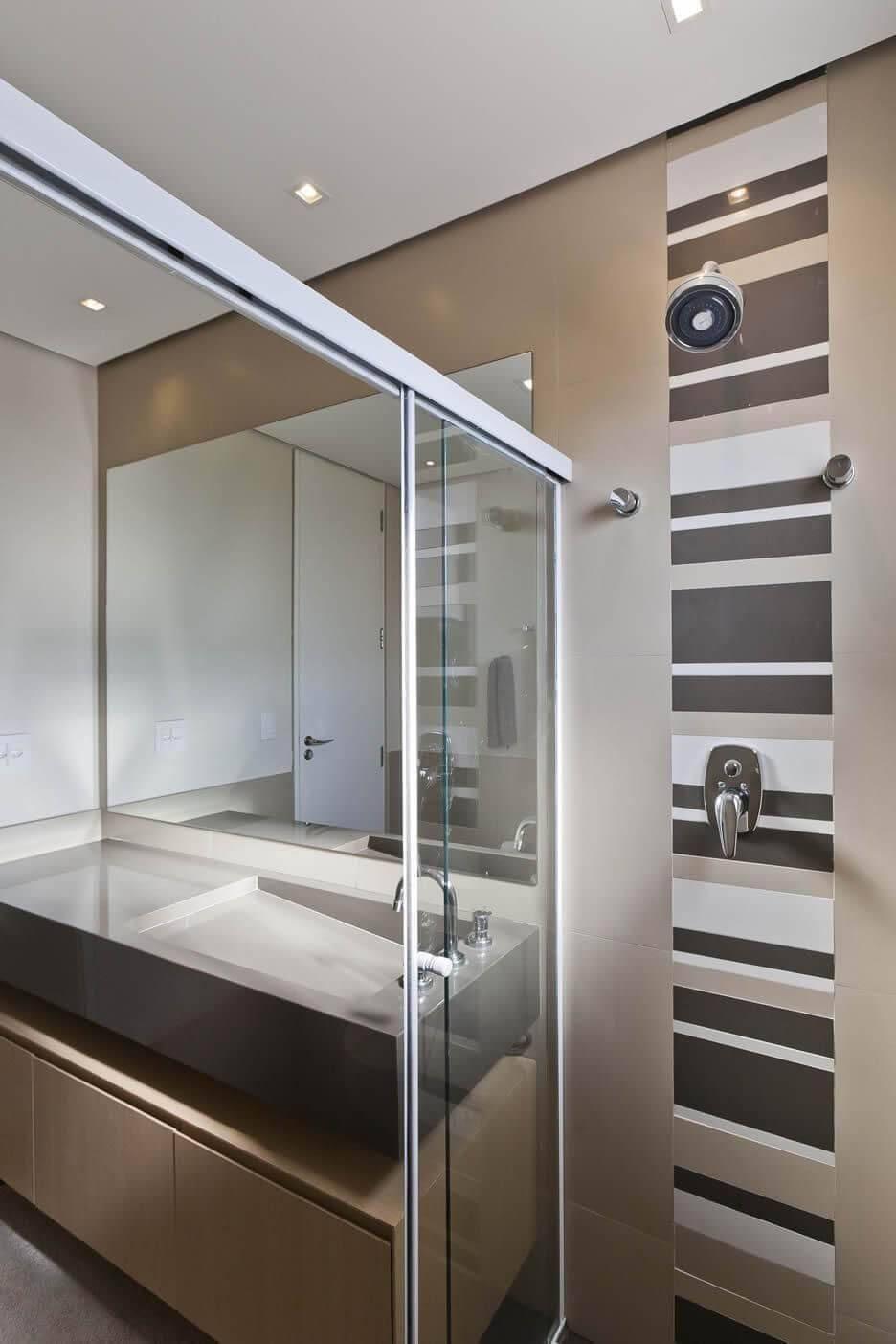 Decoração de banheiro com gabinete e espaço aberto abaixo da pia Projeto de Conseil Brasil