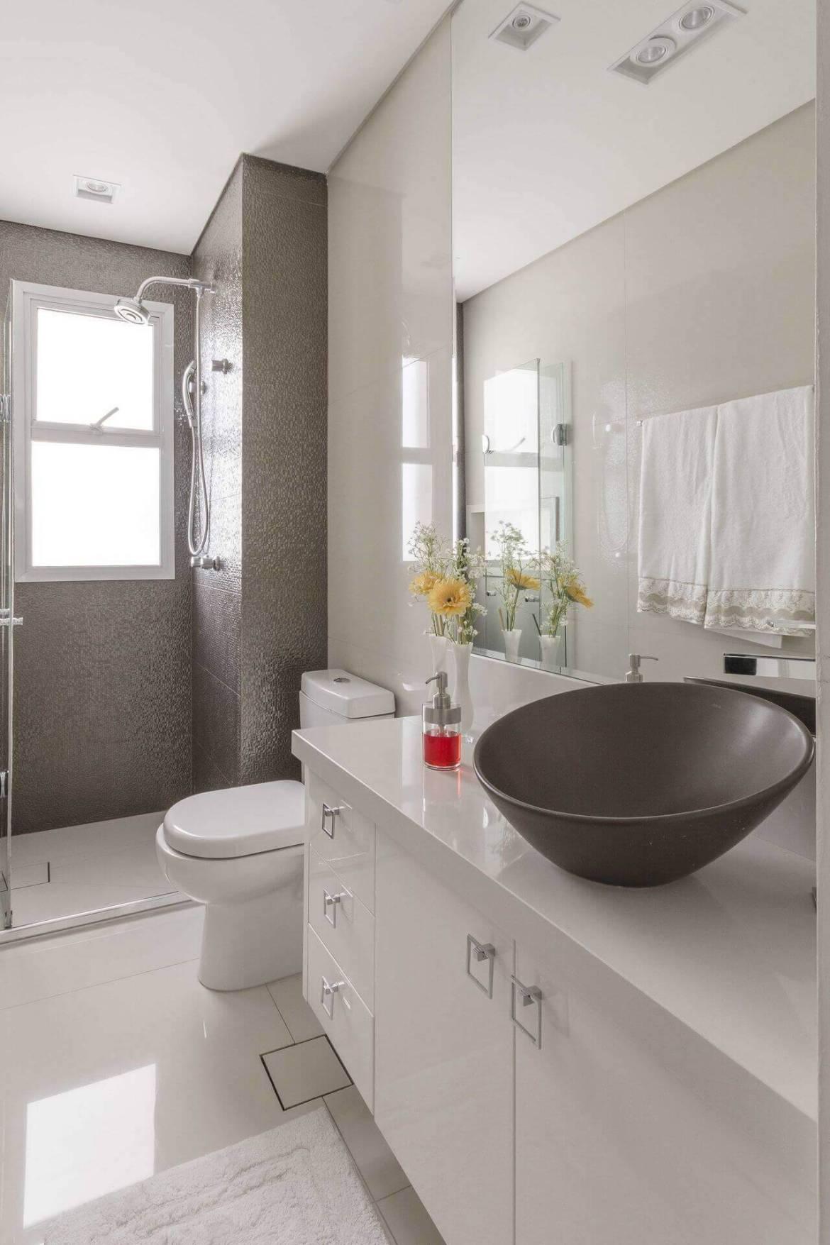 Decoração de banheiro com gabinete espaçoso. Projeto de Idealizzare Arq