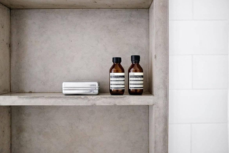 Decoração de banheiro com nicho embutido de cimento queimado Projeto de Ina Arquitetura