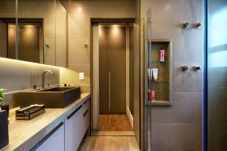 Decoração de banheiro com nicho, gabinete, armário com espelhos e iluminação Projeto de 2M Arquitetura