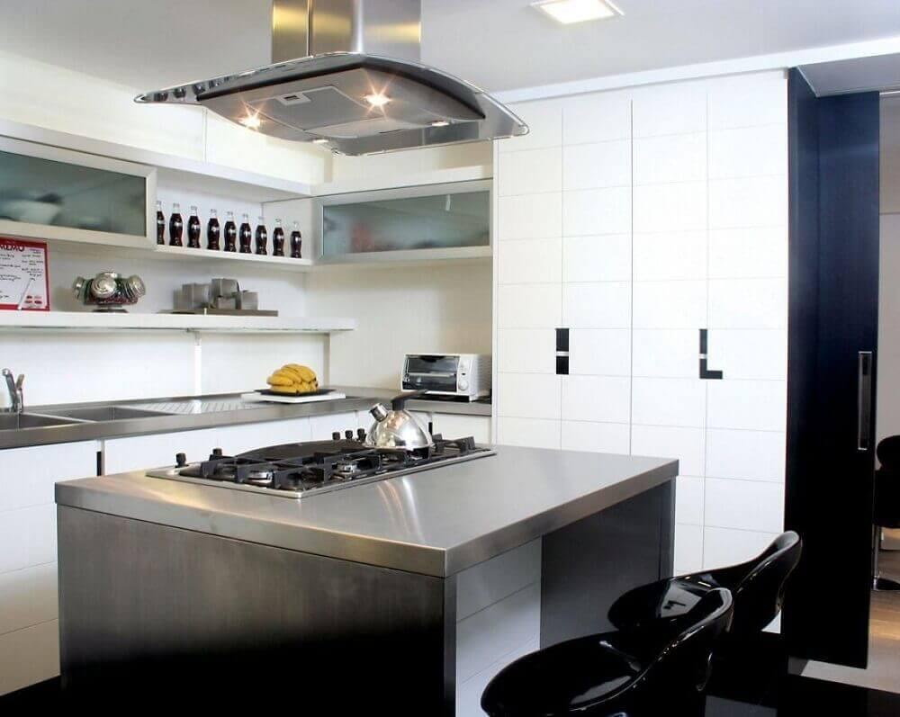 decoração de cozinha pequena com ilha de aço inox