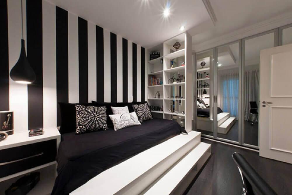 quarto preto e branco com papel de parede listrado