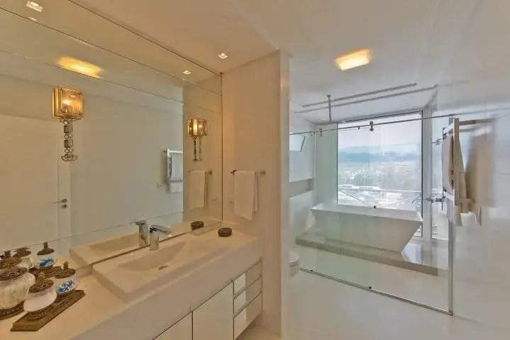 Banheiro de luxo com banheira branca Projeto de Espaço do Traço