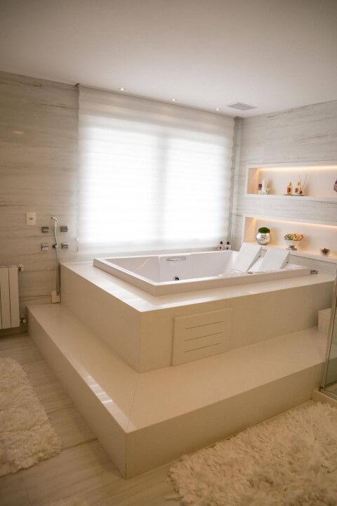 Banheiro de luxo com banheira branca Projeto de Joana Emanoela