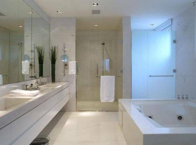 Banheiro de luxo com banheira e duas pias Projeto de Roberto Migotto