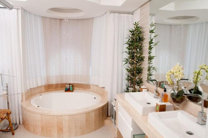 Banheiro de luxo com banheira redonda Projeto de Juliana Pippi