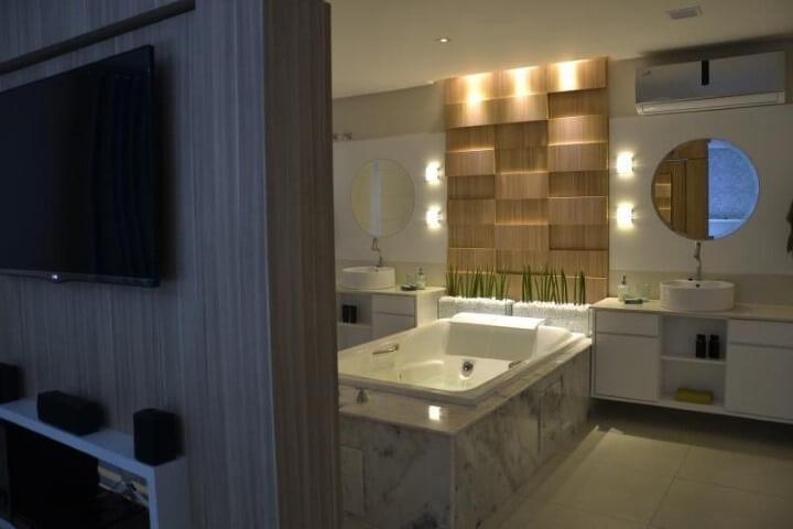 Banheiro de luxo com banheiro e duas pias Projeto de 501 Arquitetura