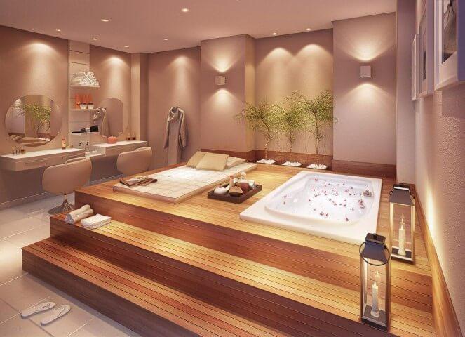Banheiro de luxo com deck de madeira com banheira Projeto de Helaine Goes Pinterich