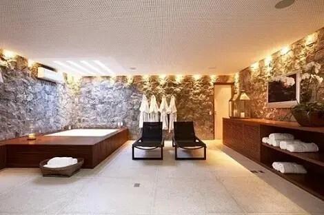 Banheiro de luxo com espreguiçadeiras Projeto de Fernanda Pessoa de Queiroz