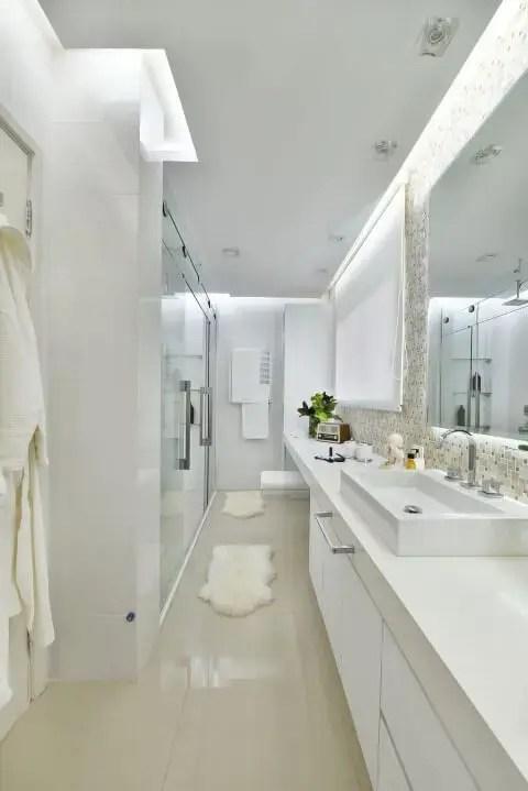 Banheiro de luxo com iluminação embutida Projeto de Tetriz Arquitetura