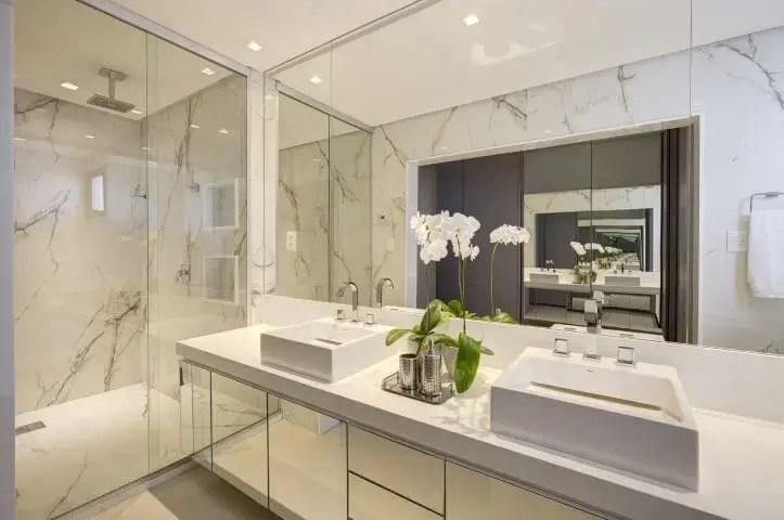Banheiro de luxo com mármore e espelho Projeto de Jamile