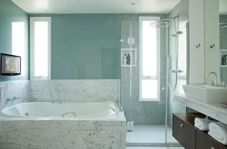 Banheiro de luxo com mármore e pastilhas Projeto de Patricia Kolanian