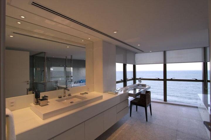 Banheiro de luxo com muitas janelas Projeto de Santos e Santos