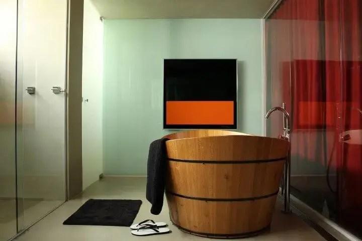 Banheiro de luxo com ofurô Projeto de In Studio
