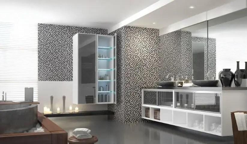 Banheiro de luxo com papel de parede com padrão em p&b Projeto de Marel