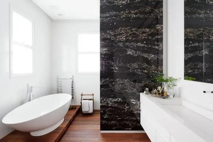 Banheiro de luxo com parede revestida de mármore preto Projeto de Consuelo Jorge