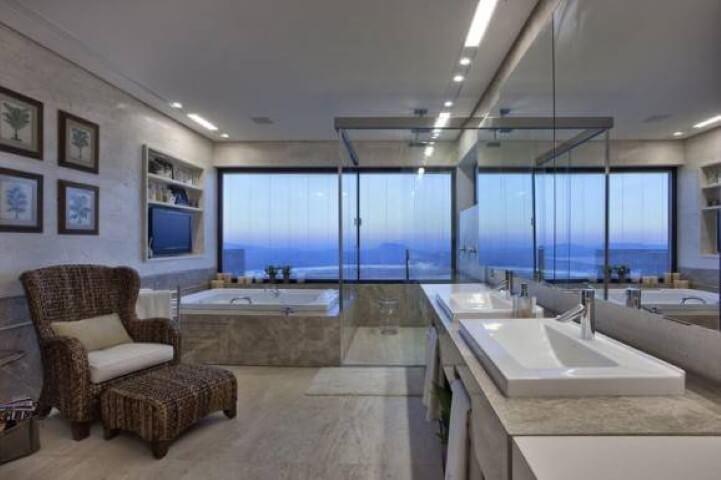 Banheiro de luxo com poltrona