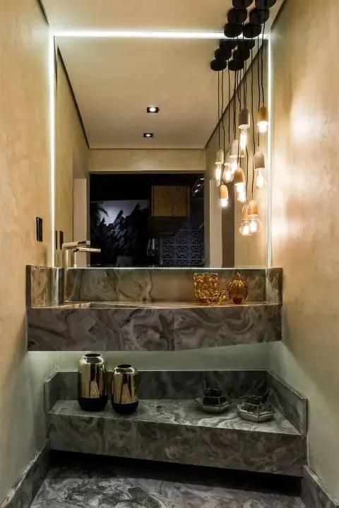 Banheiro de luxo com revestimento de cimento queimado e pendentes Projeto de Morar Mais Por Menos Goiânia