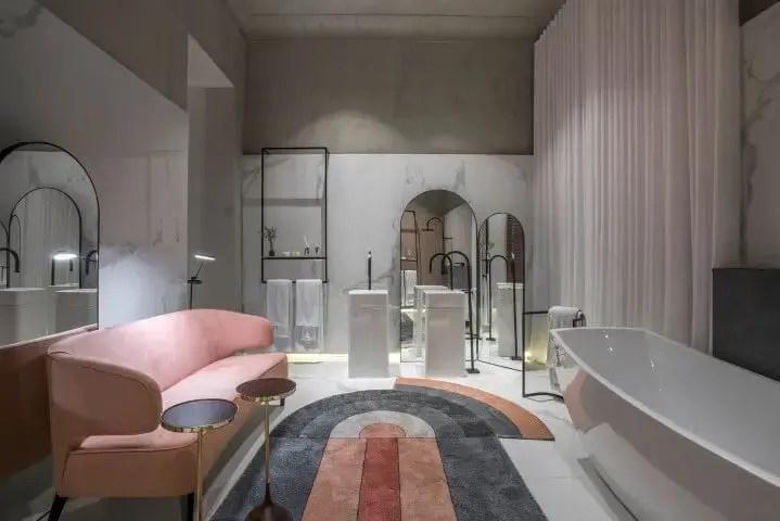 Banheiro de luxo com sofá rosé e tapete colorido Projeto de Casa Cor MG 17