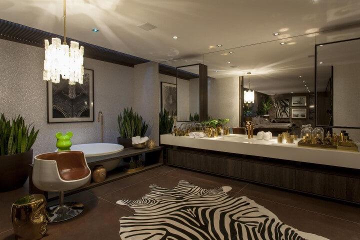 Banheiro de luxo com tapete de zebra Projeto de Brunete Fraccaroli
