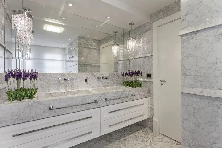 Banheiro de luxo em mármore Projeto de Iara Kilaris
