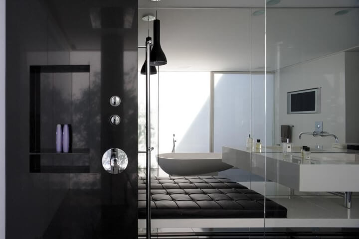 Banheiro de luxo preto e branco Projeto de Pascali Semerdjian