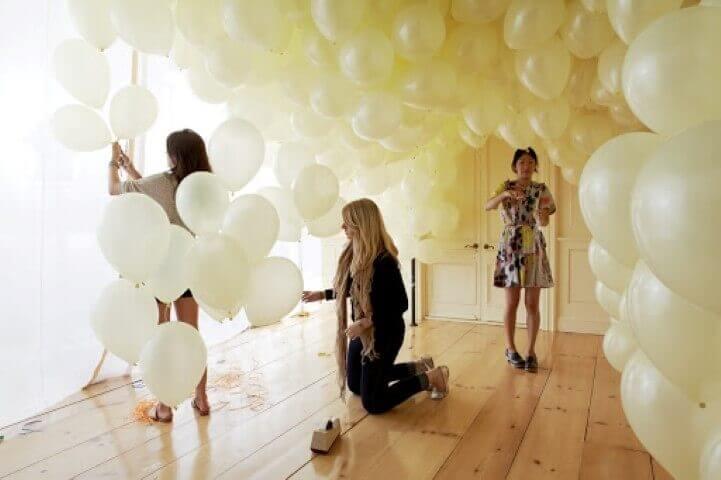 Decoração de aniversário simples com balões brancos