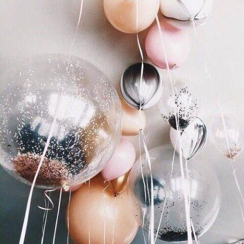 Decoração de aniversário simples com balões com brilho