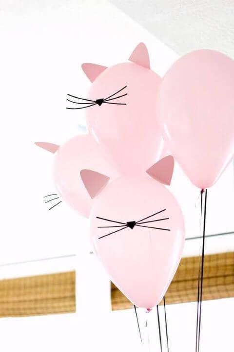 Decoração de aniversário simples com balões de gatinhos