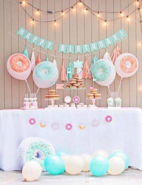 Decoração de aniversário simples com balões pintados de donuts