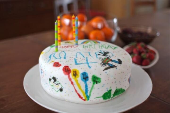 Decoração de aniversário simples com bolo de desenho infantil