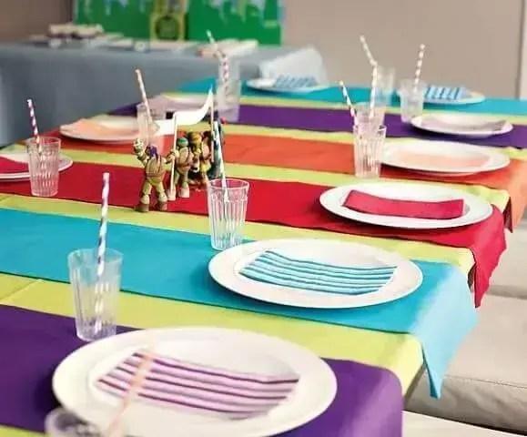 Decoração de aniversário simples com bonecos na mesa