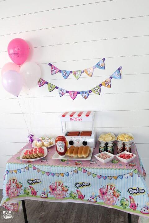Decoração de aniversário simples com mesa de cachorro quente