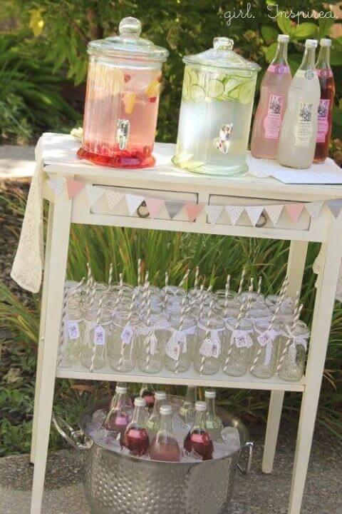 Decoração de aniversário simples com mesa de refresco
