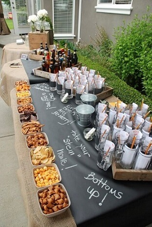 Decoração de aniversário simples masculino com mesa de snacks e bar