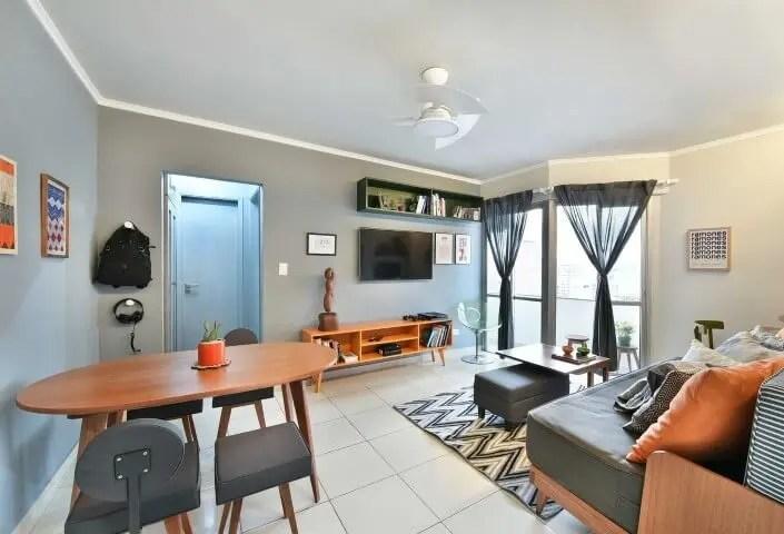Sala de estar com rack retrô laranja Projeto de Move Móvel