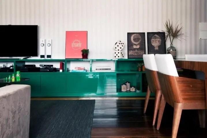 Sala de estar com rack retrô verde Projeto de Ana Yoshida