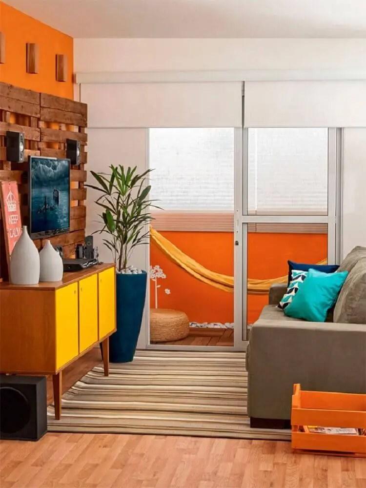 decoração sala pequena com rack retrô com portas amarelas